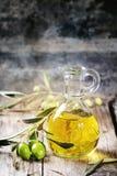 красивейшей одетьнные бутылкой специи оливки масла Стоковые Фото