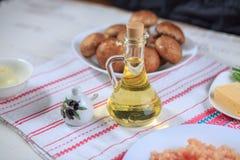 красивейшей одетьнные бутылкой специи оливки масла Стоковые Фотографии RF