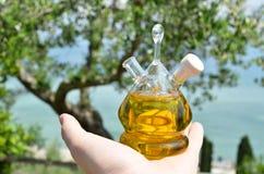 красивейшей одетьнные бутылкой специи оливки масла Sirmione, Италия Стоковое фото RF