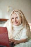 красивейше ее детеныши женщины компьтер-книжки дома Стоковая Фотография