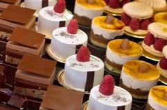 красивейше испечет украшенную сливк шоколада стоковая фотография rf