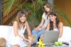 красивейше наслаждающся 3 женщинами молодыми стоковое изображение rf