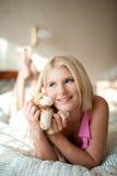 красивейше положите ее детенышей в постель женщины дома Стоковые Фотографии RF