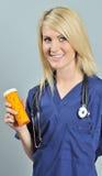 красивейшие белокурые голубые пилюльки scrubs женщина Стоковые Фотографии RF