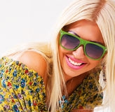 красивейшие белокурые жизнерадостные зеленые солнечные очки стоковое изображение rf