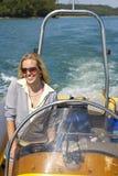 красивейшие белокурые управляя детеныши женщины быстроходного катера Стоковая Фотография