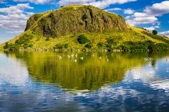 Красивейшие взгляды холма и озера в Шотландии Стоковые Фотографии RF
