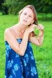 красивейшие волосы она выправляют детенышей женщины Стоковая Фотография RF