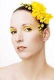 красивейшие волосы цветков ее желтый цвет женщины Стоковые Фото