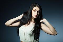 красивейшие волосы брюнет длиной Стоковое Изображение