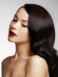 красивейшие волосы девушки длиной волнистые Брюнет с курчавым стилем причёсок Стоковая Фотография RF