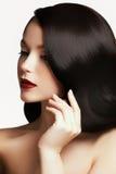 красивейшие волосы девушки длиной волнистые Брюнет с курчавым стилем причёсок Стоковая Фотография