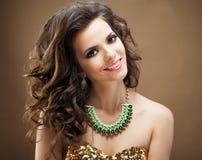 красивейшие волосы девушки длиной волнистые Брюнет с курчавым стилем причёсок Стоковые Изображения RF