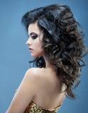 красивейшие волосы девушки длиной волнистые Брюнет с курчавым стилем причёсок Стоковое Фото