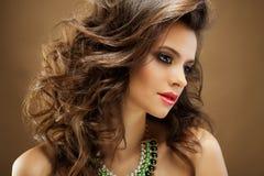 красивейшие волосы девушки длиной волнистые Брюнет с курчавым стилем причёсок Стоковое Изображение RF