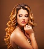 красивейшие волосы девушки длиной волнистые Блондинка с курчавым стилем причёсок и розовыми губами Стоковые Изображения