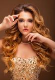 красивейшие волосы девушки длиной волнистые Блондинка с курчавым стилем причёсок и розовыми губами Стоковое Изображение RF