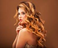 красивейшие волосы девушки длиной волнистые Блондинка с курчавым стилем причёсок и розовыми губами Стоковое Изображение