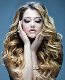красивейшие волосы девушки длиной волнистые Блондинка с курчавым стилем причёсок и розовыми губами Стоковое фото RF