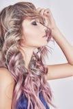 красивейшие волосы девушки длиной волнистые Стоковое Изображение