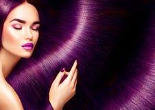 красивейшие волосы Женщина брюнет красоты с длиной прямыми красными волосами Стоковая Фотография RF