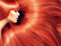 красивейшие волосы Женщина красоты с длинными красными волосами стоковое фото rf