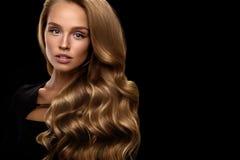 красивейшие волосы длиной Модель женщины с белокурым вьющиеся волосы стоковая фотография rf