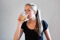 красивейшие выпивая женщины померанца сока Стоковые Изображения