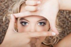 Красивейшие голубые глазы как увидено до конца коробке Стоковое фото RF