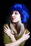 красивейшие голубые детеныши женщины зимы шлема Стоковые Фото