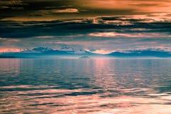 красивейшие горы озера над заходом солнца Стоковые Фотографии RF