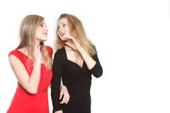 красивейшие девушки говоря 2 стоковое фото rf