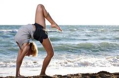 красивейшие делая детеныши женщины пригодности тренировки Стоковые Изображения