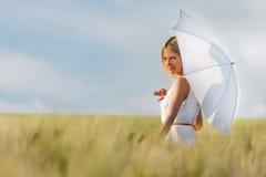красивейшие детеныши белой женщины зонтика Стоковая Фотография