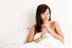 красивейшие детеныши женщины выпивая молока Стоковая Фотография RF