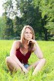 красивейшие детеныши женщины зеленого цвета травы ослабляя Стоковые Фотографии RF