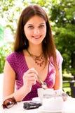 красивейшие детеныши женщины кофе стоковое фото