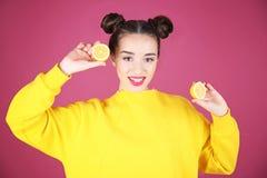красивейшие детеныши женщины лимона Стоковое Фото