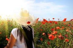 красивейшие детеныши женщины мака цветков Стоковые Фото