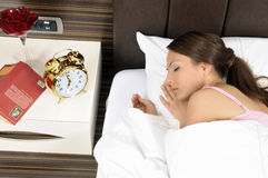 красивейшие детеныши женщины мирно спать кровати стоковое фото