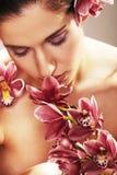 красивейшие детеныши женщины орхидеи цветков Стоковое фото RF