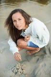красивейшие детеныши женщины песка замока здания Стоковое Изображение RF