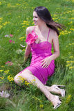 красивейшие детеныши женщины пинка зеленого цвета травы платья Стоковая Фотография RF