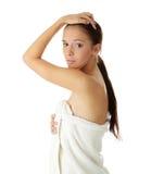 красивейшие детеныши женщины полотенца стоковые изображения rf