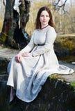 красивейшие детеныши женщины сбора винограда платья стоковая фотография
