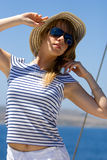 красивейшие детеныши женщины солнечных очков Стоковая Фотография RF