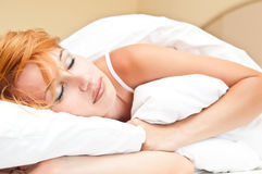 красивейшие детеныши женщины спать стоковое фото