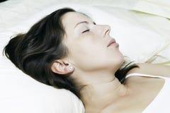 красивейшие детеныши женщины спать стоковое изображение