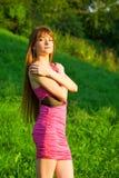 красивейшие детеныши женщины redhead зеленого цвета травы Стоковое Изображение RF