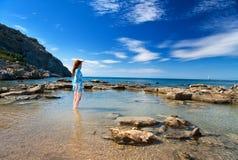 красивейшие детеныши женщины seacoast ландшафта Стоковое Изображение RF